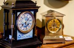 Två klockor på en tabell Royaltyfri Foto