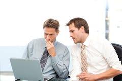 Två koncentrerade affärsmän som tillsammans fungerar Arkivbild
