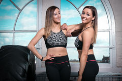 Två konditionkvinnor på idrottshallen Arkivfoton