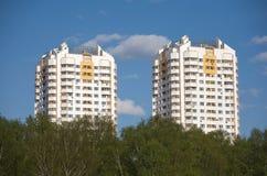 Två konstruerade flervånings- bostads- byggnader i ekologiskt ställe Royaltyfri Fotografi