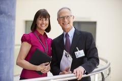 Två konsulenter som möter i sjukhusmottagande royaltyfria bilder