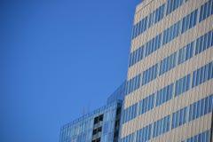 Två kontorsbyggnader & blå himmel, Portland, Oregon arkivbilder