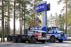 Två konventionella Volvo N12 åker lastbil under det Volvo tecknet Royaltyfri Foto