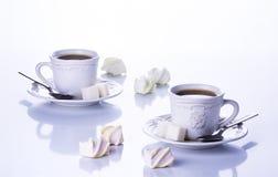 Två kopp te med socker och marshmallower Arkivfoton