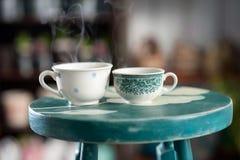 Två koppar av ångande kaffe Arkivbild