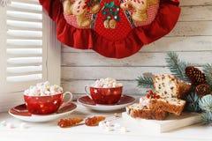 Två koppar av den varma drinken med marshmallowen och julmuffin Co fotografering för bildbyråer