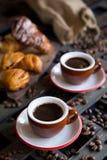 Två koppar av espresso med italiensk traditionell bakning Arkivfoto