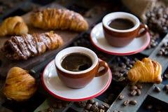 Två koppar av espresso med italiensk traditionell bakning Arkivbilder