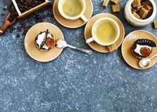 Två koppar av espresso och små bakelser Royaltyfria Foton