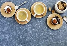 Två koppar av espresso och små bakelser Royaltyfri Fotografi
