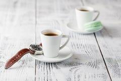 Två koppar av espresso på en vit trätabell Arkivbilder