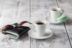 Två koppar av espresso på en vit trätabell Royaltyfri Fotografi