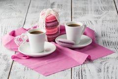 Två koppar av espresso på rosa servett Royaltyfria Bilder