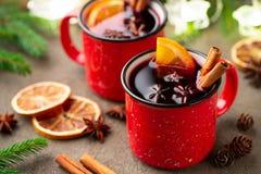 Två koppar av jul funderade vin eller gluhwein med kryddor och apelsinskivor på lantlig bästa sikt för tabell Traditionell drink  royaltyfria bilder