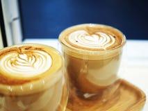 Två koppar av Latte med Lattekonst i ett dubbelt isolerat exponeringsglas Royaltyfri Fotografi
