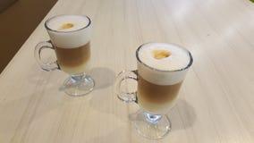 Två koppar av latte på en tabell Royaltyfri Bild