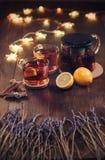 Två koppar av svart te med citronen och tekannan royaltyfri fotografi