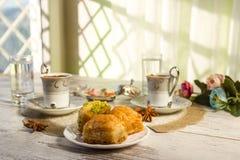 Två koppar av turkiskt kaffe och den baklava tonade bilden Arkivfoton