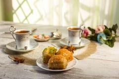 Två koppar av turkiskt kaffe och en platta med baklava Royaltyfria Bilder