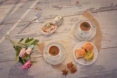 Två koppar av turkiskt kaffe och plattan med bästa sikt för baklava Royaltyfri Fotografi