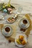Två koppar av turkiskt kaffe och plattan med bästa sikt för baklava Arkivfoto