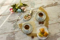 Två koppar av turkiskt kaffe och plattan med bästa sikt för baklava Arkivfoton