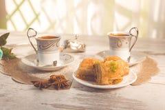 Två koppar av turkiskt kaffe och plattan med baklava Arkivfoto