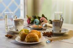 Två koppar av turkiskt kaffe och plattan med baklava Arkivbild