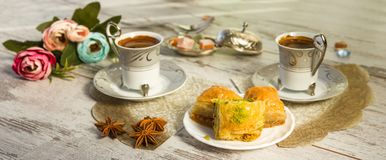 Två koppar av turkiskt kaffe och plattan med baklava Royaltyfria Bilder