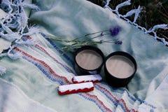 Två koppar kaffe, choklad och en filial av lavendel i natur royaltyfri fotografi