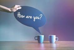Två koppar kaffe med bubblaplattan som dialog arkivfoton