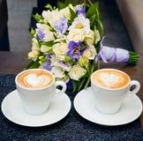 Två koppar kaffe, med den brud- buketten. Royaltyfri Fotografi