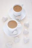 Två koppar kaffe med hjärta-Shape kakor arkivbild