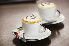 Två koppar kaffe med hjärtamodellen Royaltyfri Foto