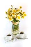 Två koppar kaffe och en bukett av kamomillar Royaltyfria Foton