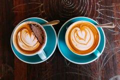 Två koppar kaffe på tabellen Arkivbild