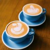 Två koppar med cappuccino arkivfoton