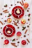 Två koppar med den varma julfruktdrinken med kryddor och bär royaltyfri foto