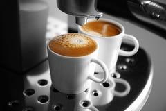 Två koppar med ny espresso i ny kaffebryggare, Arkivfoton