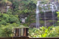 Två koppar på bakgrunden av en vattenfall, Champasak landskap, Laos Arkivbild