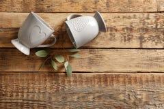 Två koppar på trätabellen Royaltyfri Foto