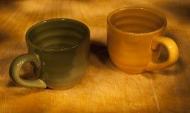Två koppar som målas av ljus royaltyfri fotografi