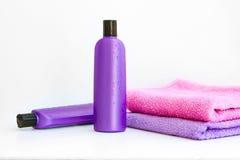 Två kosmetiska flaskor på isolerad bakgrund Royaltyfri Foto