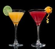 Två kosmopolitiska coctailar för coctailar som dekoreras med den citrusa citronen Royaltyfri Bild