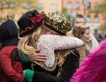 Två krama kvinnor royaltyfri foto