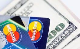 Två kreditkortar och dollarräkningar Arkivbilder