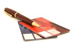 Två kreditkortar och penna Arkivfoto