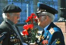 Två krigsveteran som tillsammans talar Arkivfoton