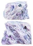 Två kristalliska stycken av charoite vaggar isolerat Arkivbild