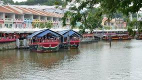 Två kryssningfartyg som förtöjas på Clarke Quay i Singapore arkivfilmer